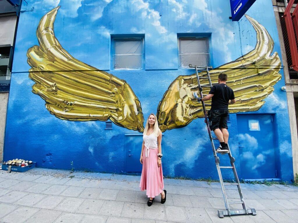 Huge på plats och målar på sitt konstverk Golden wings i Södertälje