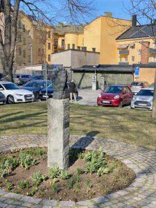 Sörjande man av Wieland Förster 1988, i parken bredvid Torekällskolan, Södertälje