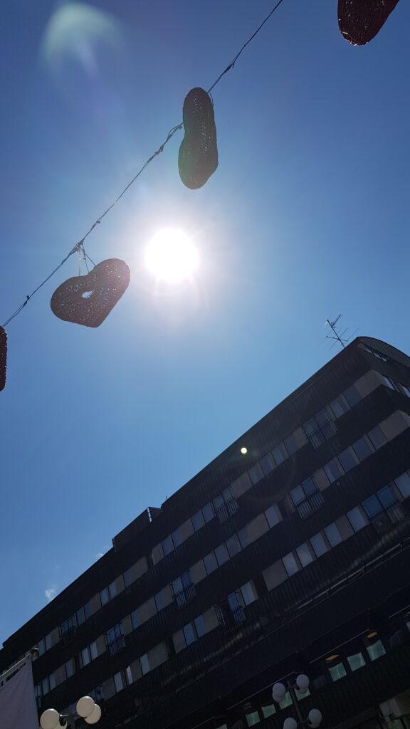 Kärlekspassagen i strålande sol, på Garvargatan i Södertälje. Foto Hanna Andersson